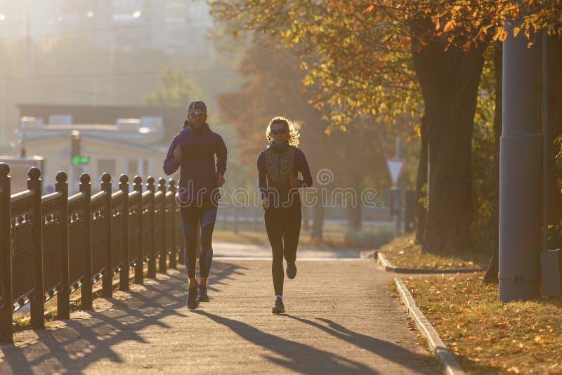Casal perfeito correndo na cidade pela manhã fotografia de stock