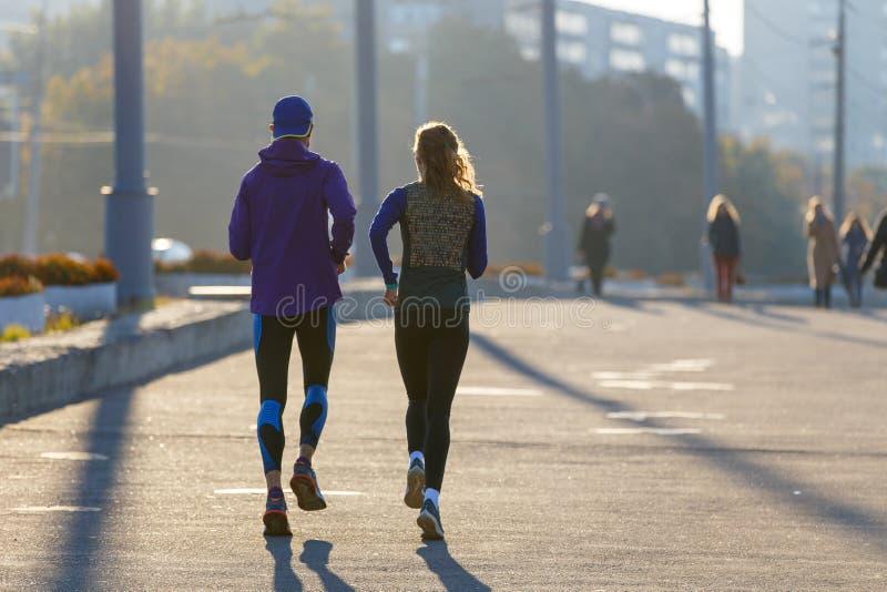Casal perfeito correndo na cidade pela manhã fotografia de stock royalty free