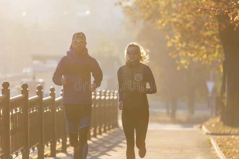 Casal perfeito correndo na cidade pela manhã foto de stock royalty free