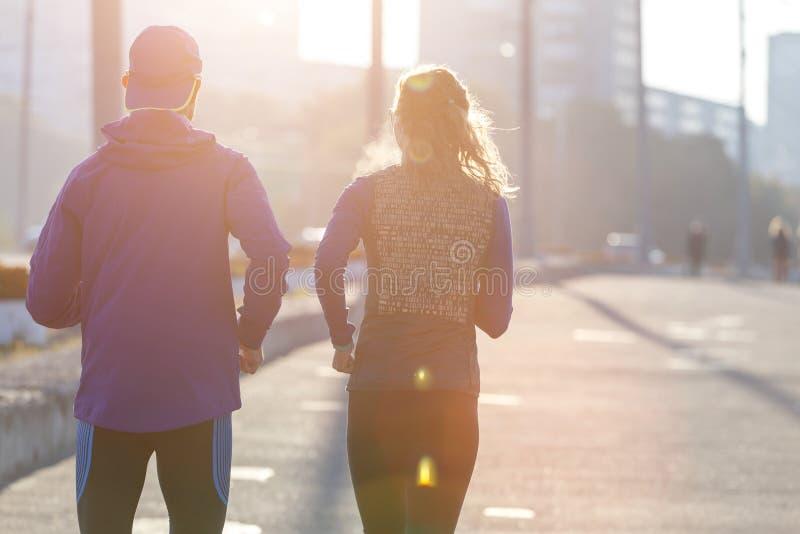 Casal perfeito correndo na cidade pela manhã imagens de stock royalty free