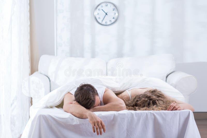 Casal que encontra-se na cama fotografia de stock royalty free