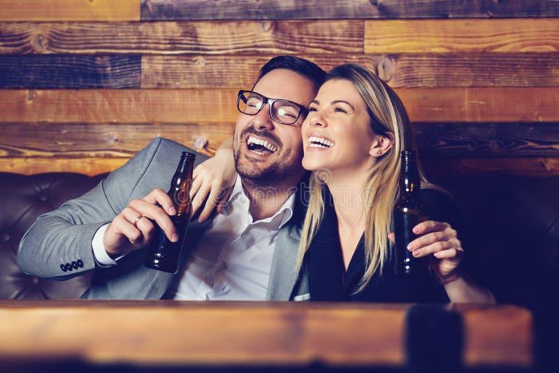 Casal que tem bebidas no bar, apreciando seu tempo junto fotografia de stock