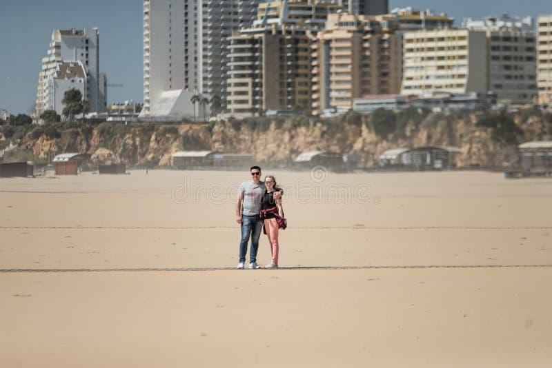 Casal romântico na praia fotos de stock royalty free