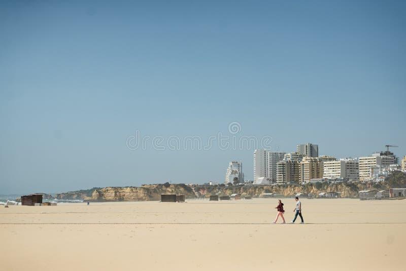 Casal romântico na praia imagens de stock