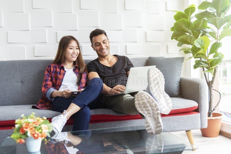 Casal usando a internet para trabalhar em laptop na sala de descanso Tecnologia de conexão de rede para toda a vida imagem de stock royalty free
