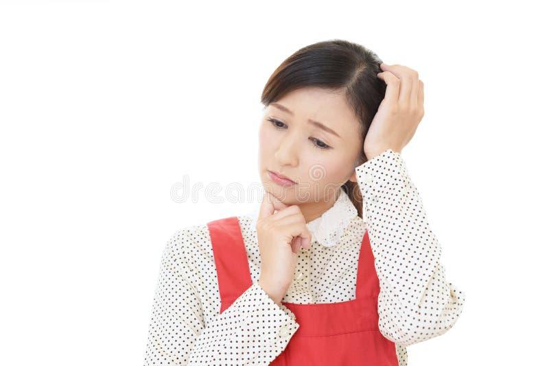 Casalinga asiatica che ? preoccupata fotografia stock libera da diritti