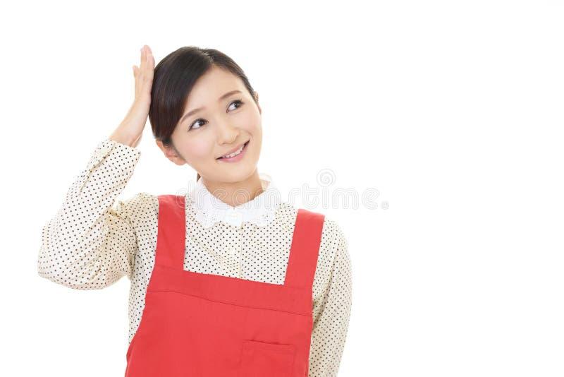 Casalinga asiatica sorridente fotografia stock libera da diritti
