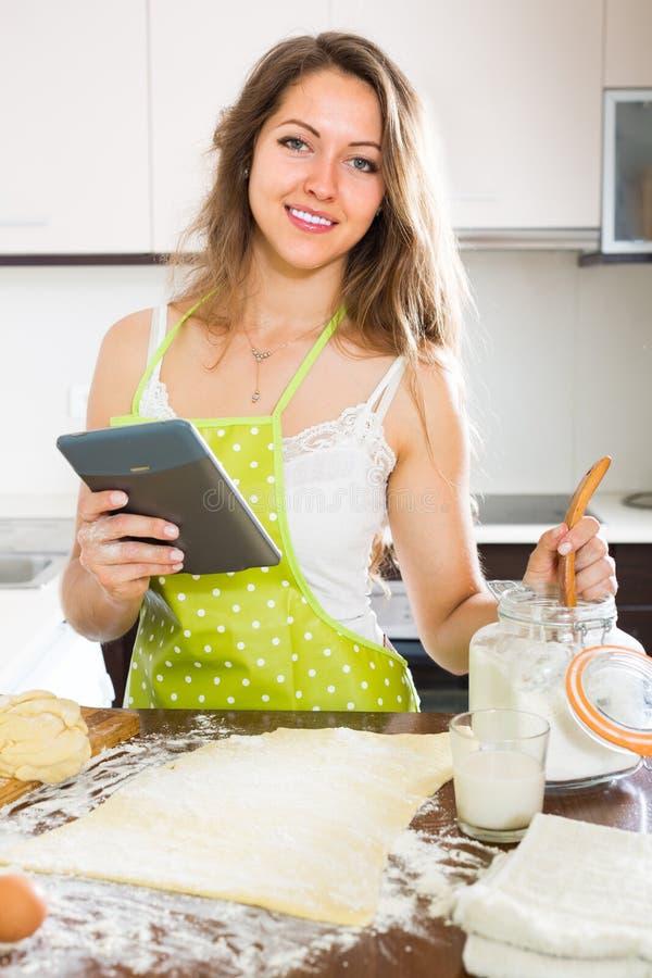 Download Casalinga Che Cucina Con La Compressa A Casa Fotografia Stock - Immagine di impastamento, pasticceria: 55359854