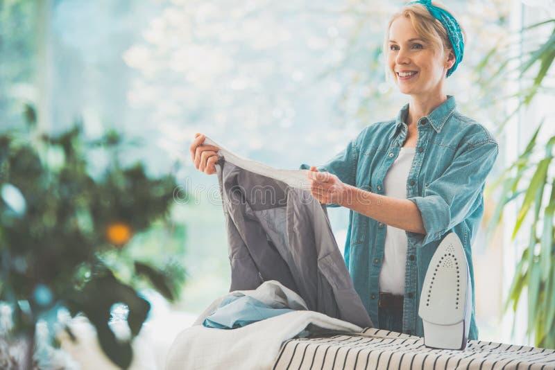 Casalinga che ordina lavanderia pulita immagini stock libere da diritti