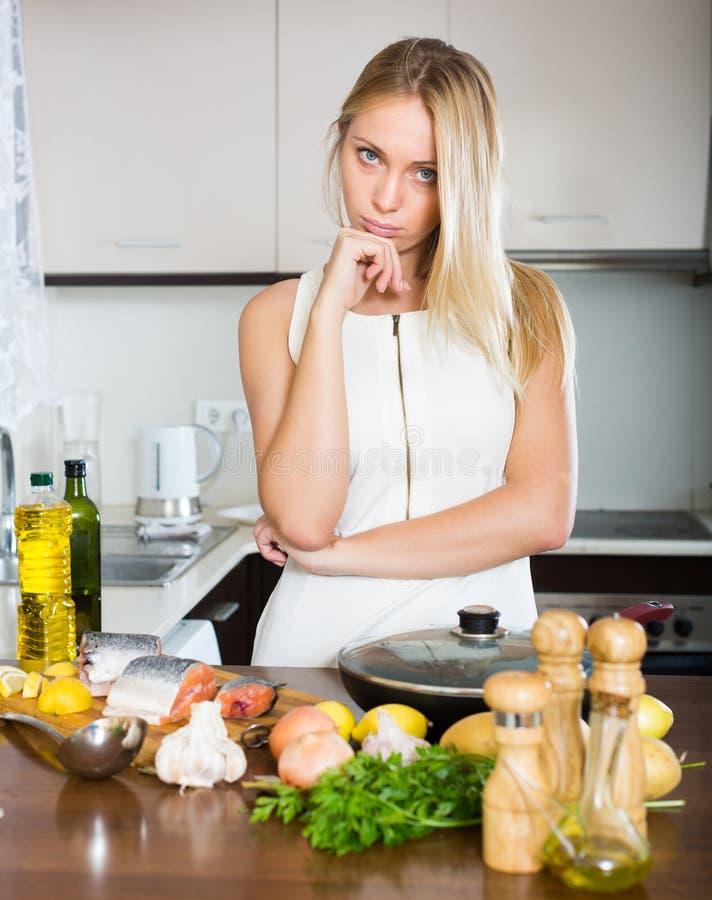 Casalinga che pensa che cosa cucinare per la cena immagine stock immagine 52548343 - Cosa cucinare la domenica ...