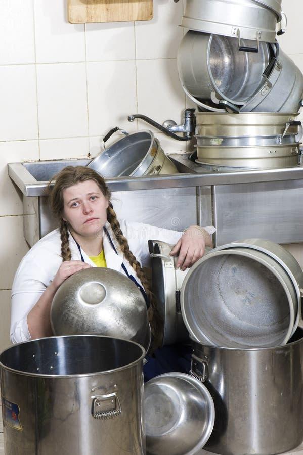 Casalinga e mucchio faticosi dei piatti sporchi immagine stock libera da diritti