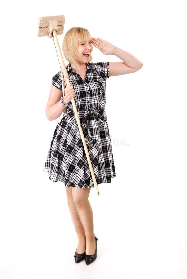 Casalinga felice con la scopa fotografia stock libera da diritti