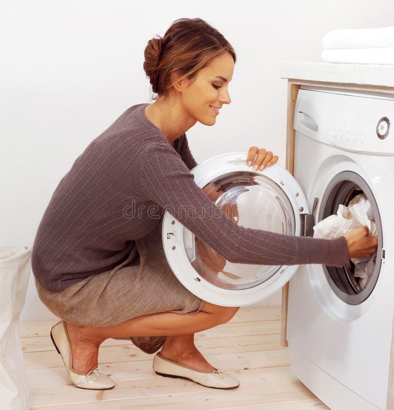 Casalinga giovane che fa lavanderia fotografia stock