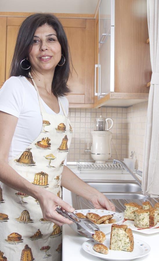 Casalinga nella cucina   immagini stock libere da diritti