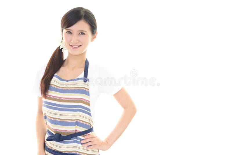 Download Casalinga sorridente fotografia stock. Immagine di espressione - 56881614
