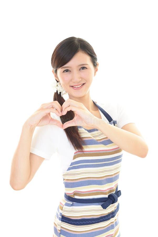 Download Casalinga sorridente immagine stock. Immagine di famiglia - 56881667