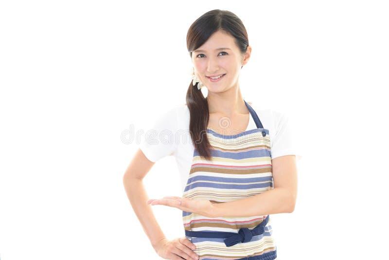 Download Casalinga sorridente fotografia stock. Immagine di grembiule - 56882760