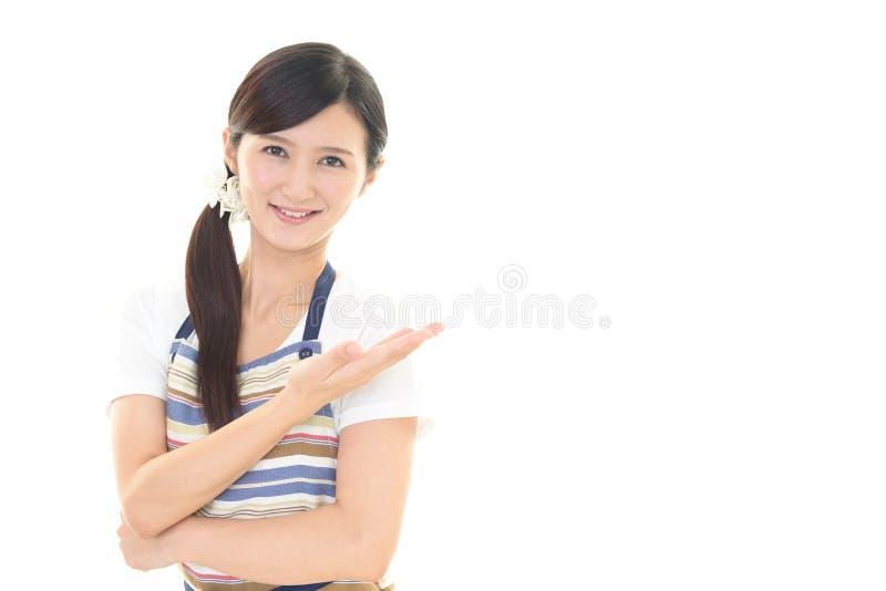 Download Casalinga sorridente fotografia stock. Immagine di copia - 56882770
