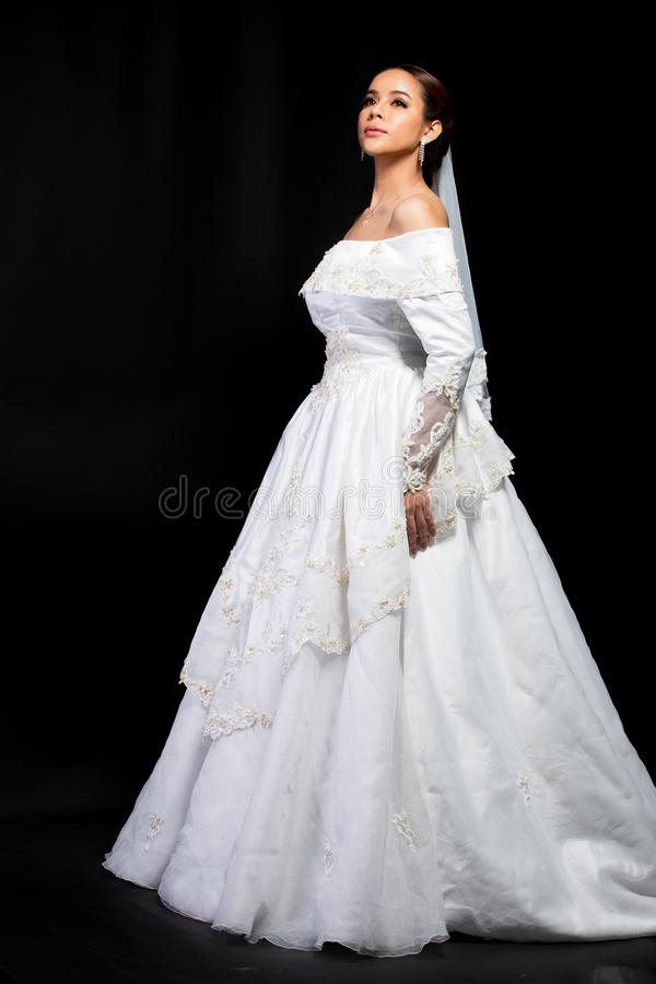 Casamento branco da noiva bonita asi?tica bonita da mulher imagens de stock