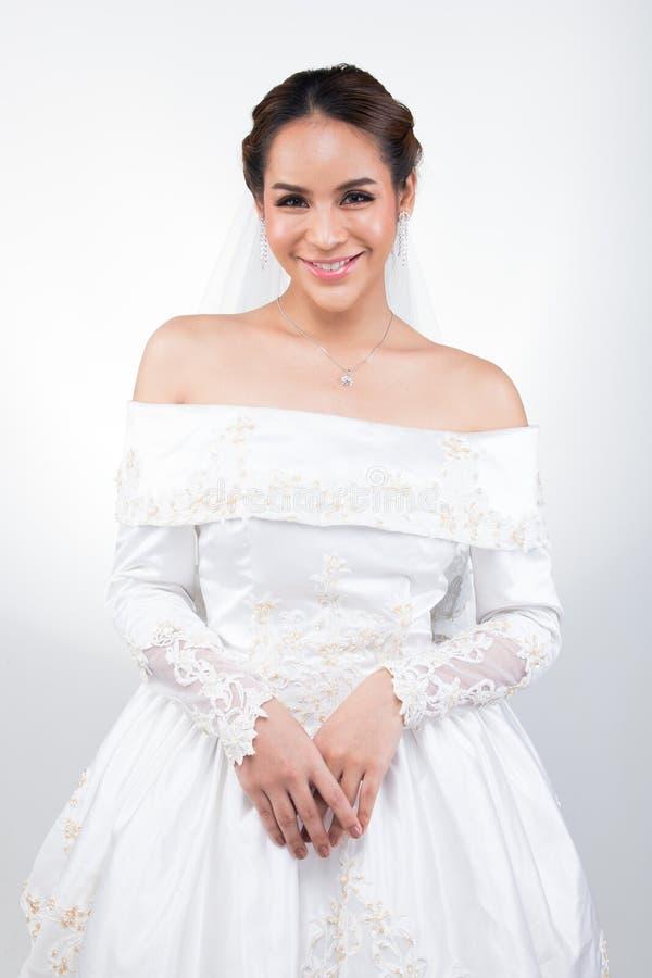 Casamento branco da noiva bonita asi?tica bonita da mulher foto de stock