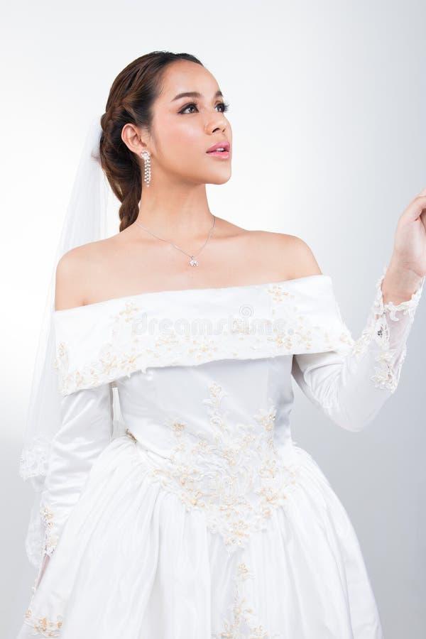 Casamento branco da noiva bonita asi?tica bonita da mulher fotografia de stock