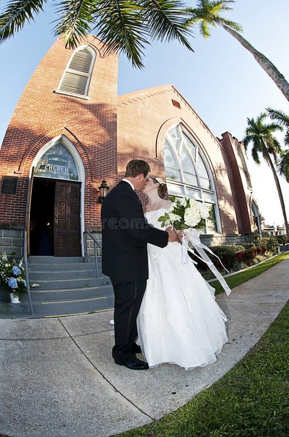 Casamento da igreja da noiva e do noivo fotos de stock