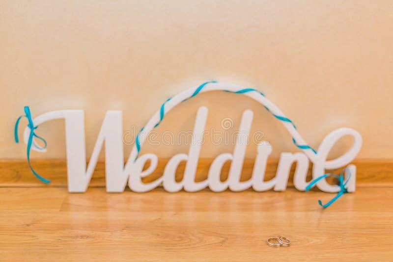 Casamento da palavra, letras brancas e alianças de casamento foto de stock royalty free