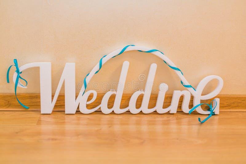 Casamento da palavra, letras brancas e alianças de casamento imagens de stock royalty free