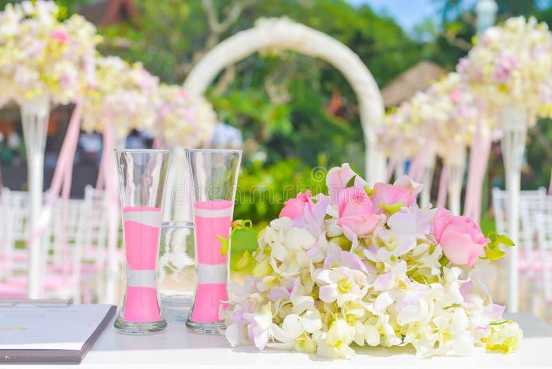 Casamento de Bautiful estabelecido na praia fotos de stock