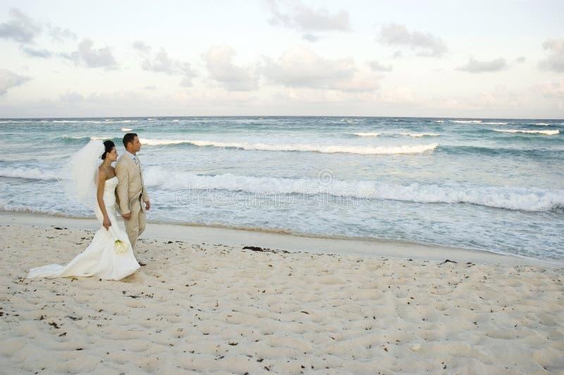 Casamento de praia do Cararibe - Brid imagem de stock royalty free