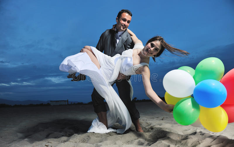 Casamento de praia romântico no por do sol fotos de stock royalty free