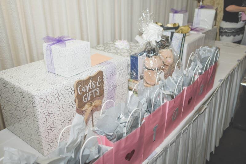 Casamento e presentes nupciais do chuveiro em uma tabela fotos de stock royalty free