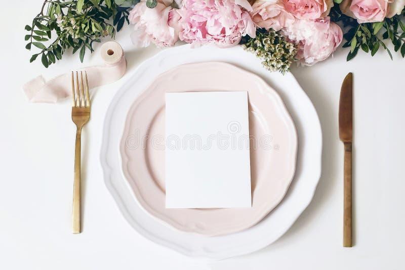 Casamento feminino, cena do modelo do desktop do anivers?rio Placas da porcelana, cumprimento de papel vazio, cartão do menu, fit fotos de stock