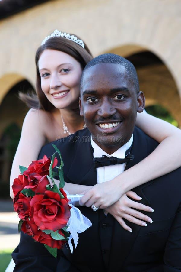 Casamento inter-racial do homem e da mulher imagem de stock
