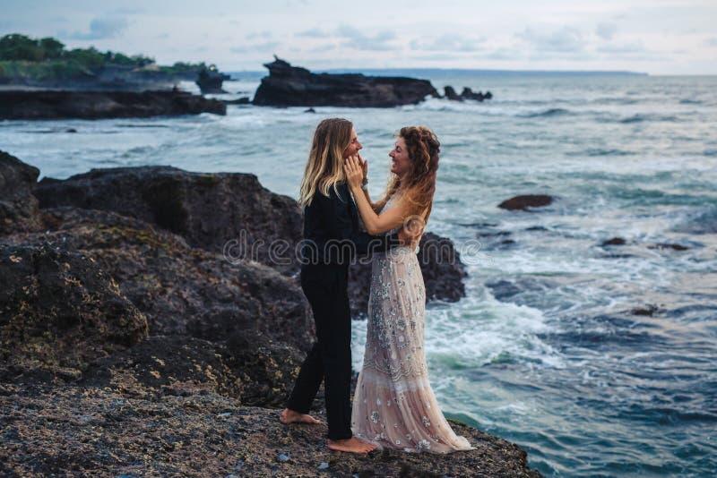 Casamento lovestory, apenas casal perto do oceano no por do sol foto de stock royalty free