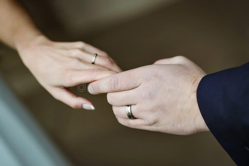 casamento Mãos da noiva e do noivo foto de stock