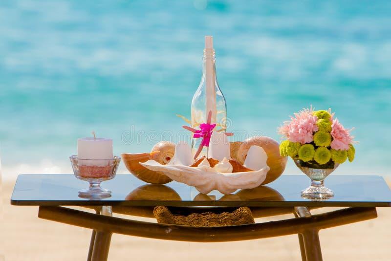Casamento na praia, casamento exterior tropical estabelecido imagem de stock royalty free