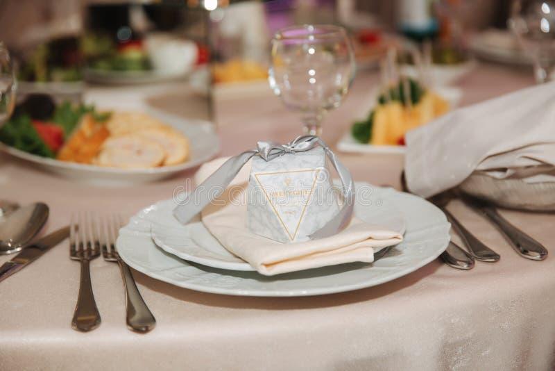 Casamento no restaurante Decoração e alimento na tabela fotos de stock royalty free