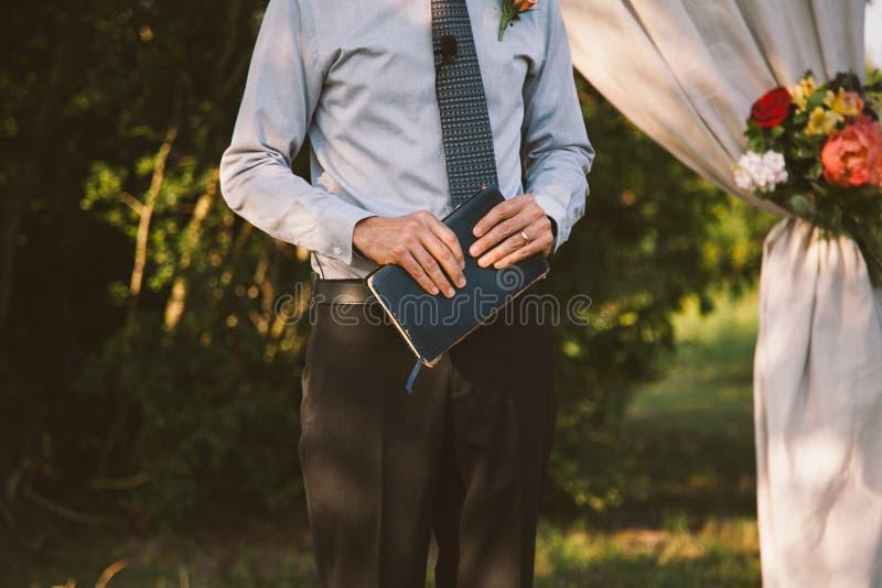 Casamento officiant foto de stock royalty free