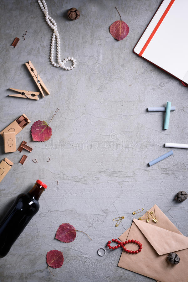 Casamento ou convite do dia de Valentim Desktop da mulher, fundo dos artigos de papelaria, modelo feminino, espaço da cópia Vista fotos de stock