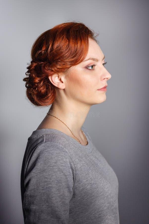 Casamento que denomina a menina na roupa regular Penteados da amostra antes de party-3 foto de stock royalty free