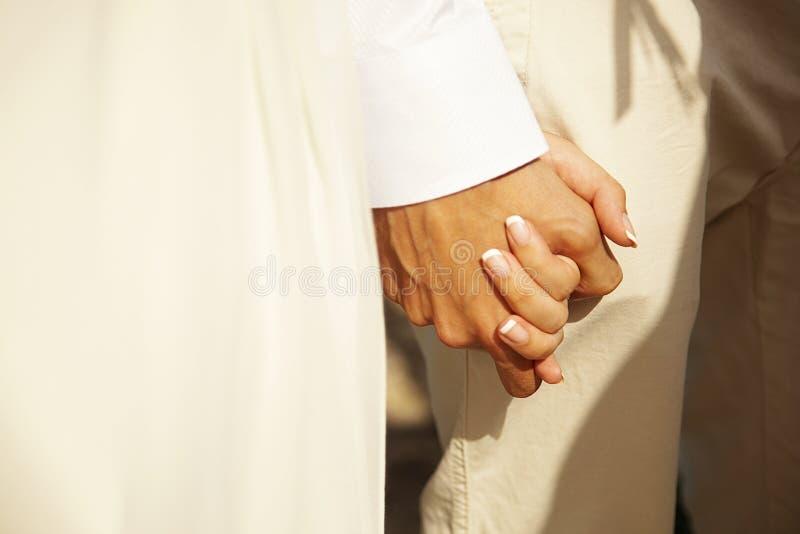 Casamento tropical Acople as mãos da terra arrendada Dia do casamento fotografia de stock royalty free