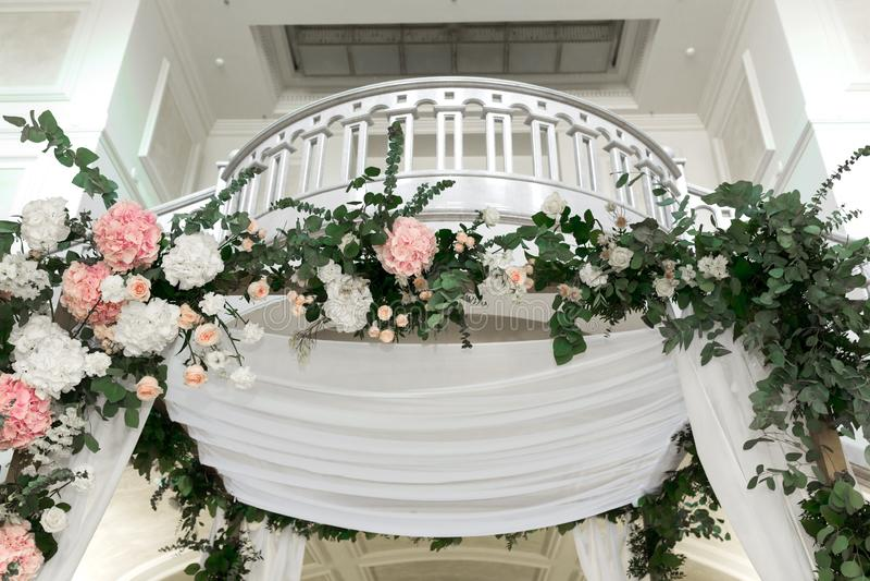 Casandose el chuppah adorn? con el pasillo interior del banquete de las flores frescas de la ceremonia de boda Ilustraciones de l fotografía de archivo libre de regalías