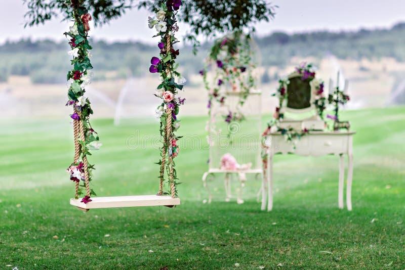 Casandose el oscilación adornado con las flores fotos de archivo libres de regalías