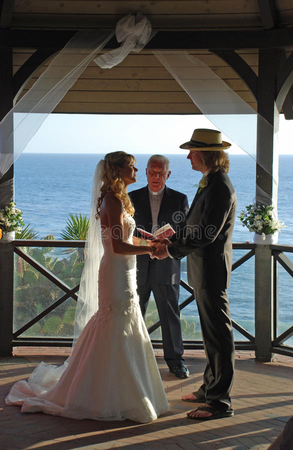 Casandose en Gazebo en el parque de Heisler, Laguna Beach, C fotografía de archivo libre de regalías
