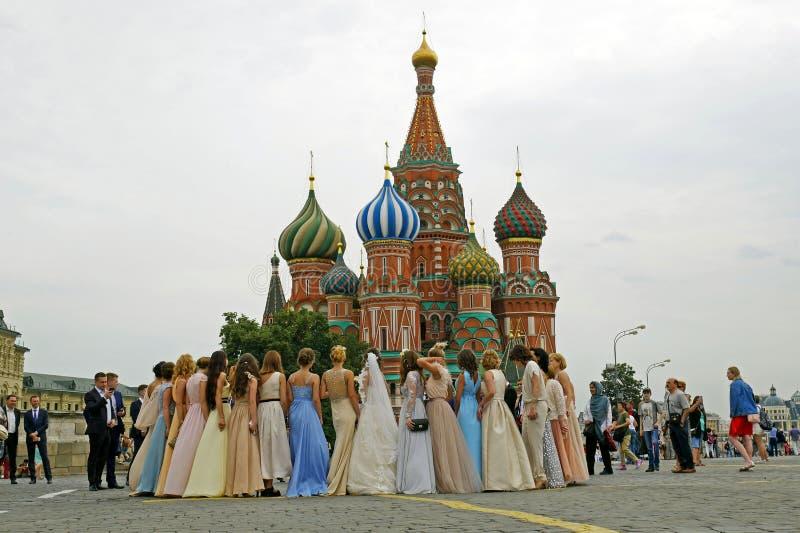 Casandose en la catedral del ` s de la albahaca del St en cuadrado rojo, Moscú, Rusia fotos de archivo libres de regalías