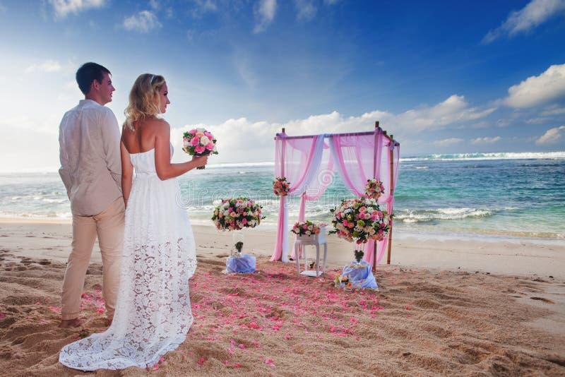 Casandose a la pareja casarse en la playa, Hawaii foto de archivo libre de regalías