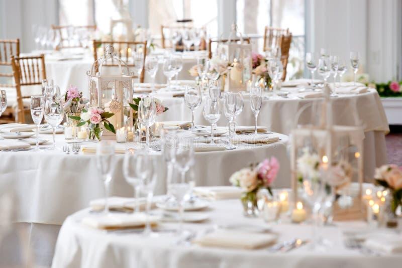 Casandose la serie de la decoración de la tabla - tablas fijadas para la cena fina fotos de archivo libres de regalías