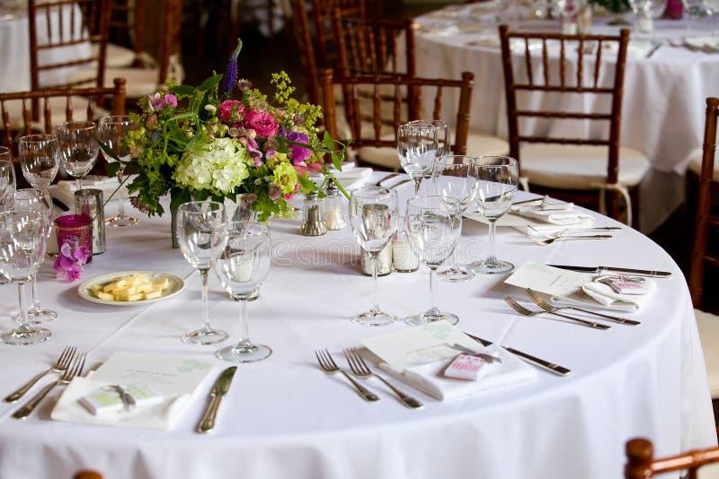 Casandose la serie de la decoración de la tabla - tablas fijadas para el acontecimiento que se casa de lujo abastecido interior h foto de archivo libre de regalías