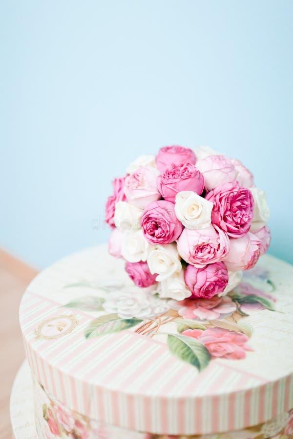 Casandose las rosas en estilo del vintage - ramo - fondo azul fotografía de archivo libre de regalías